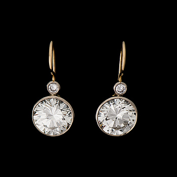 A PAIR OF EARRINGS, brilliant cut diamonds, 18K gold and white gold. A. Tillander 1989.