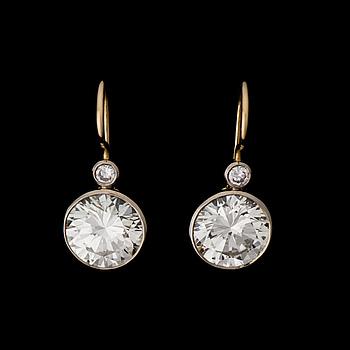 ÖRHÄNGEN, briljantslipade diamanter, 18K guld och vitguld. A. Tillander 1989.