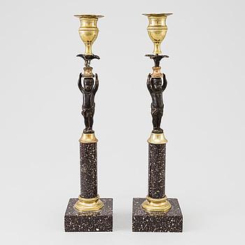 LJUSSTAKAR, ett par, porfyr, sengustaviansk stil, 1800-talets slut.