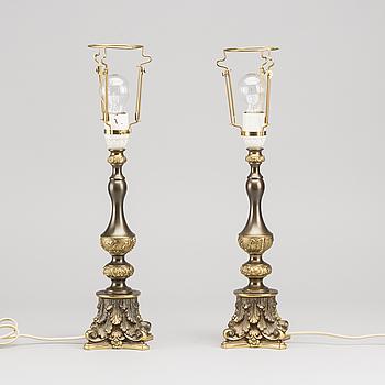 BORDSLAMPOR, ett par, barockstil. 1900-talets andra hälft.