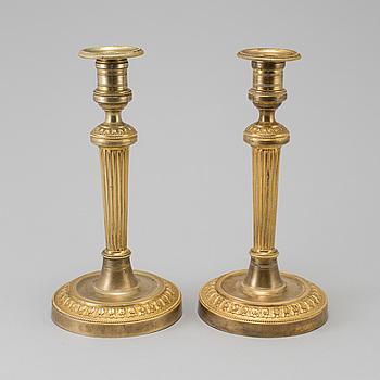 LJUSSTAKAR, ett par, förgylld brons, Louis Seize, ca år 1800.