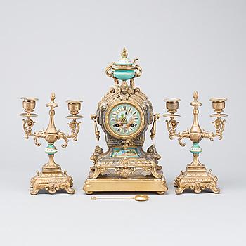 GARNITYR 3 dlr Louis XV-stil omkring 1900.