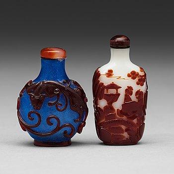 601. Two Chinese Peking glass snuff bottles, 20th Century.