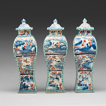 610. A set of three 'Clobbered' vases with covers, Qing dynasty, Kangxi (1662-1722).