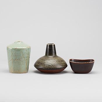 CARL-HARRY STÅLHANE, vaser 2 st + skål stengods Rörstrand 1900-talets senare del.