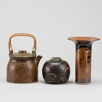 CARL-HARRY STÅLHANE, tekanna samt två vaser Rörstrand samt egen tillverkning stengods 1900-talets senare del.