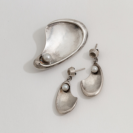 A cultured brooch and a pair of earrings by waldemar jonsson, skara, 1957.