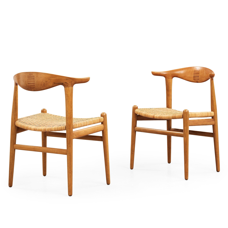 HANS J WEGNER A pair of Hans Wegner walnut u0027Cowhorn chairs