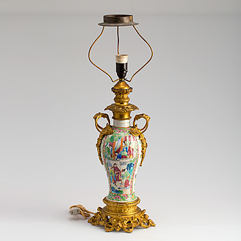 BORDSLAMPA, porslin och brons, Kina, 1800-talets andra hälft.