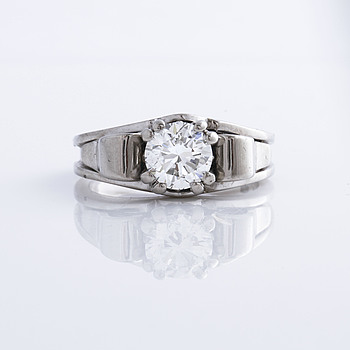 815. A brilliant cut diamond ring.