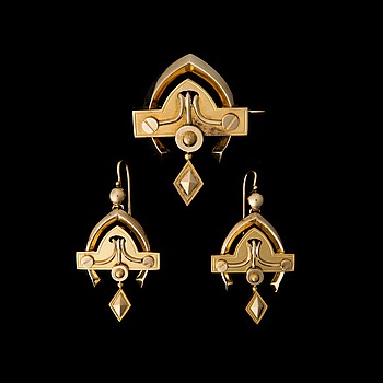 A BROOCH and A PAIR OF EARRINGS, 14K (56) gold. St. Petersburg, late 19th century.