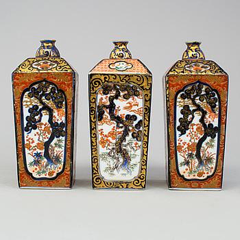 Three Japanese Imari flasks/vases. Meiji period (1868-1912).