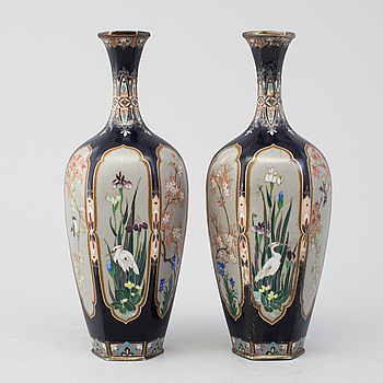 A pair of Japanese cloisonne vases, Meiji period (1868-1912).