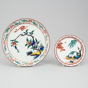 TALLRIKAR, två stycken, porslin. Japan, Meiji (1868-1912).