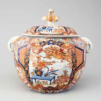 A Japanese imari jar with cover, Meiji period (1868-1912).