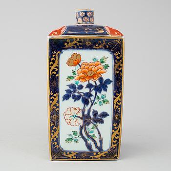 A japanese imari bottle, Meiji period (1868-1912).