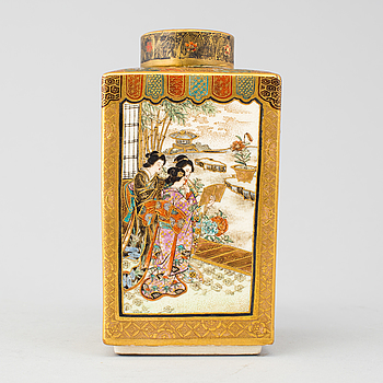 A Japanese Satsuma vase with cover, Meiji period (1868-1912).