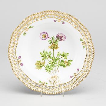 "DJUP TALLRIK, porslin, ""Flora Danica"", modellnr 20/3557, Royal Copenhagen (1893-1900)."