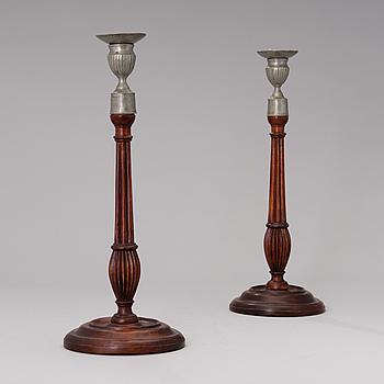 LJUSSTAKAR ETT PAR, tenn och trä, Sverige, sengustavianska tidigt 1800-tal.