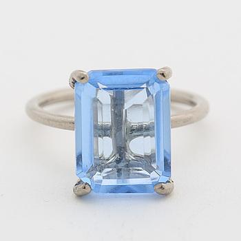 RING, 18K vitguld med trappslipad syntetisk blå kvarts.