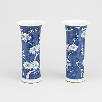 A COUPLE OF CHINESE LATE QING VASES.