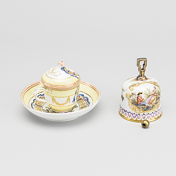 CUP WITH  LID ON A TRAY, AND A BELL, PORCELAIN, MEISSEN, 2ND HALF OF THE 19TH CENTURY.