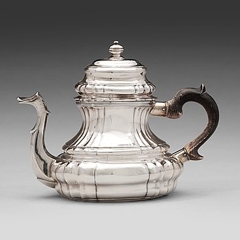 127. A Swedish early 18th century silver tea-pot, mark of Olof Fernlöf, Gothenburg 1734.