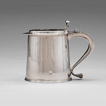 122. An English 17th century silver tankard, makers mark M, London 1672.