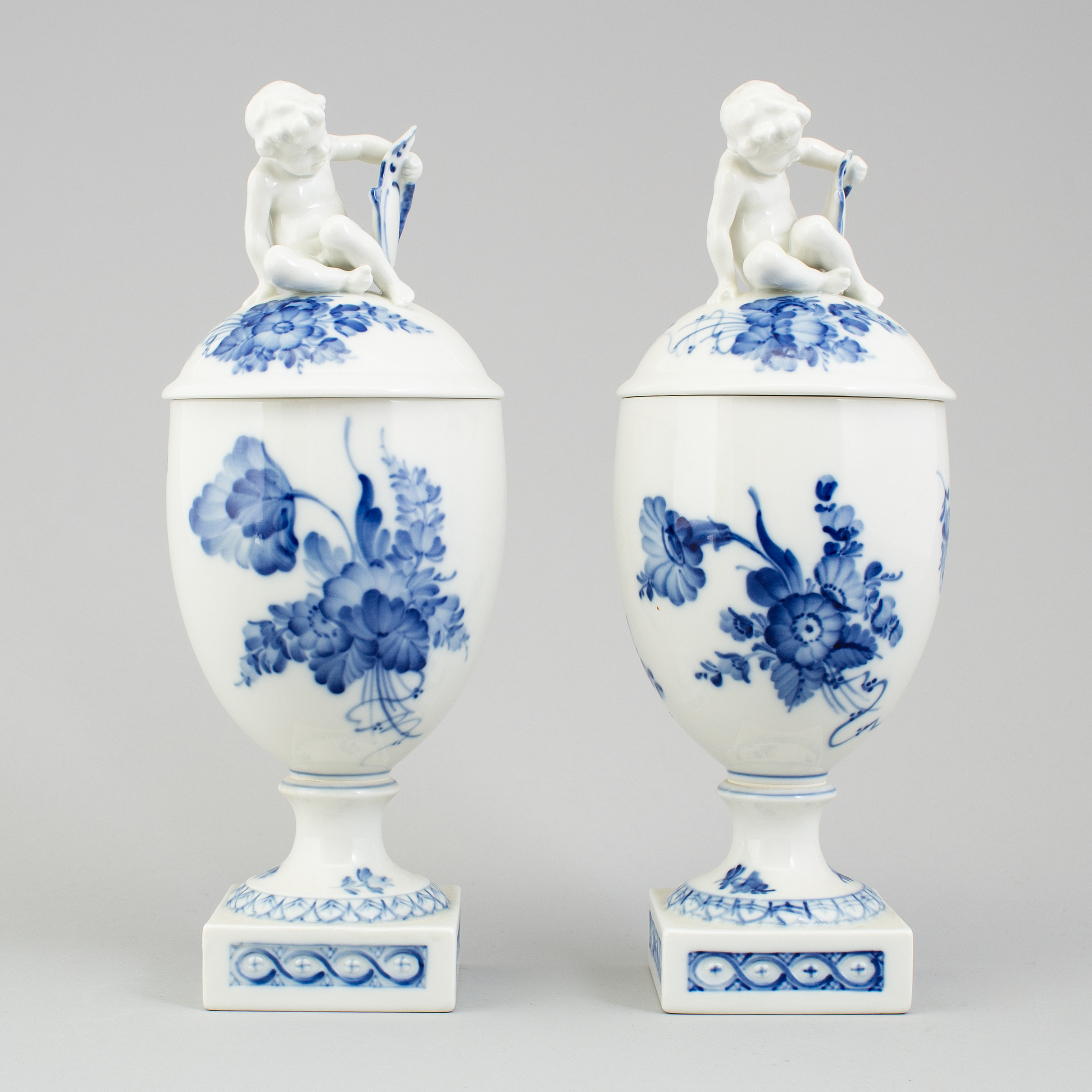 Royal copenhagen a pair of bl blomst vases with covers roysl 10510521 bukobject reviewsmspy