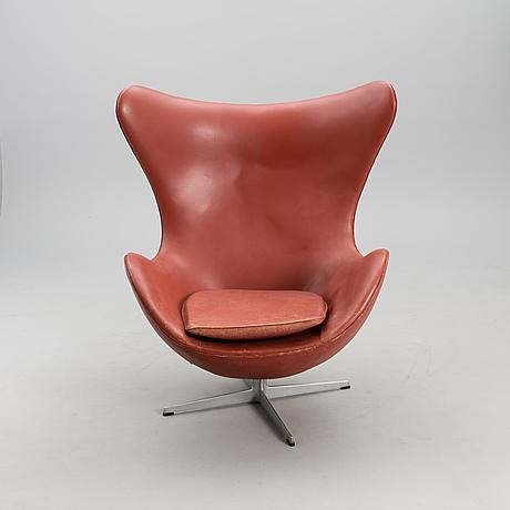 An 'egg chair' and ottoman manufactured by fritz hansen, denmark 1975.