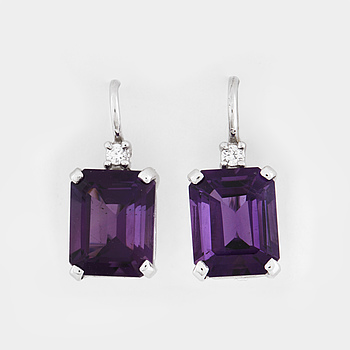 ÖRHÄNGEN, med ametister ca ca 6.00 ct samt briljantslipade diamanter ca 0.06 ct.