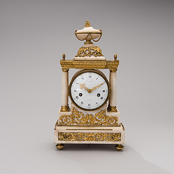 A FRENCH 18TH CENTURY TABLE CLOCK, signed Caron à Paris.