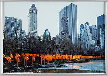 "CHRISTO & JEANNE-CLAUDE, färgoffset, ""The Gates, Central Park, New York"", signerad med krita."