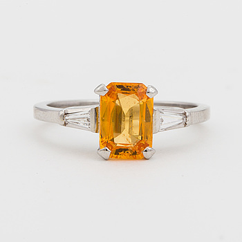RING, med syntetisk, orange safir samt avsmalnande, baguetteslipade diamanter.