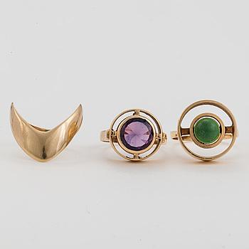 RINGAR, 3 st, en med färgväxlande lila-blå, syntetisk, safir och en med grön sten, 14K guld.