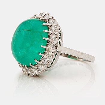 792. A emerald and brilliant cut diamond ring.