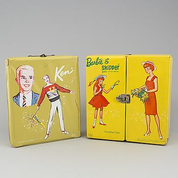 Barbie (4 st) och Skipper (2 st) samt Ken (2 st) i garderober med kläder, Mattel, 1960-tal För värdering och försäljning.