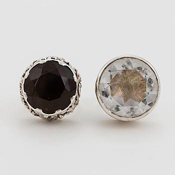 RINGAR, 2 st, en med fasettslipad bergkristall, en med fasettslipad rökkvarts, silver.