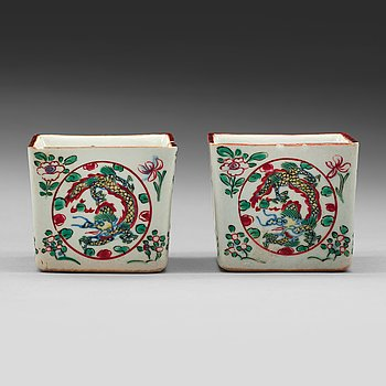 607. A pair of squared wucai wine cups. Qing dynasty, with Jiajings six character mark.
