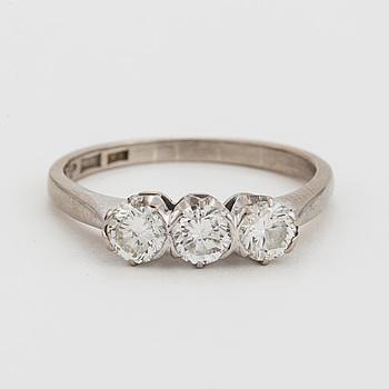 RING med tre, briljantslipade diamanter.