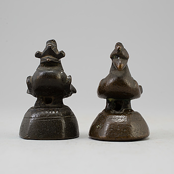 OPIUMVIKTER, två stycken, brons. Burma, omkring 1900.