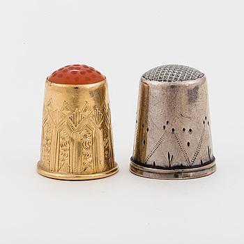 FINGERBORGAR, 2 st, en i 18K guld, en i silver.