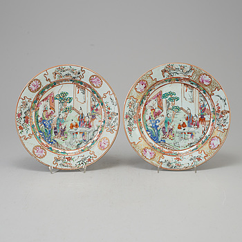 TALLRIKAR, ett par, porslin, Kina, Qianlong.