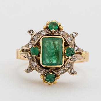 RING, fasettslipade smaragder samt rosenslipade diamanter.
