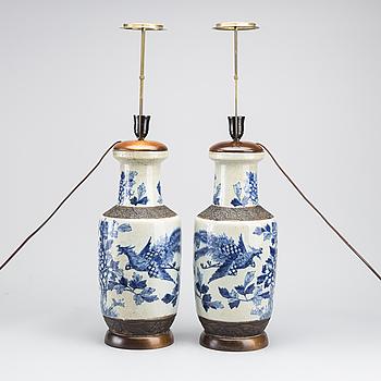 BORDSLAMPOR, ett par, Kina, 1900-talets första hälft.