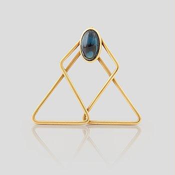 906. A money-clip set with a cabochon cut sapphire.