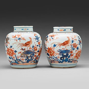 611. A pair of imari jars with covers, Qing dynasty, 18th Century.