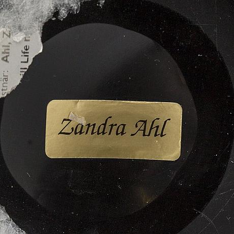 Zandra ahl, vas i blandteknik, signerad med etikett