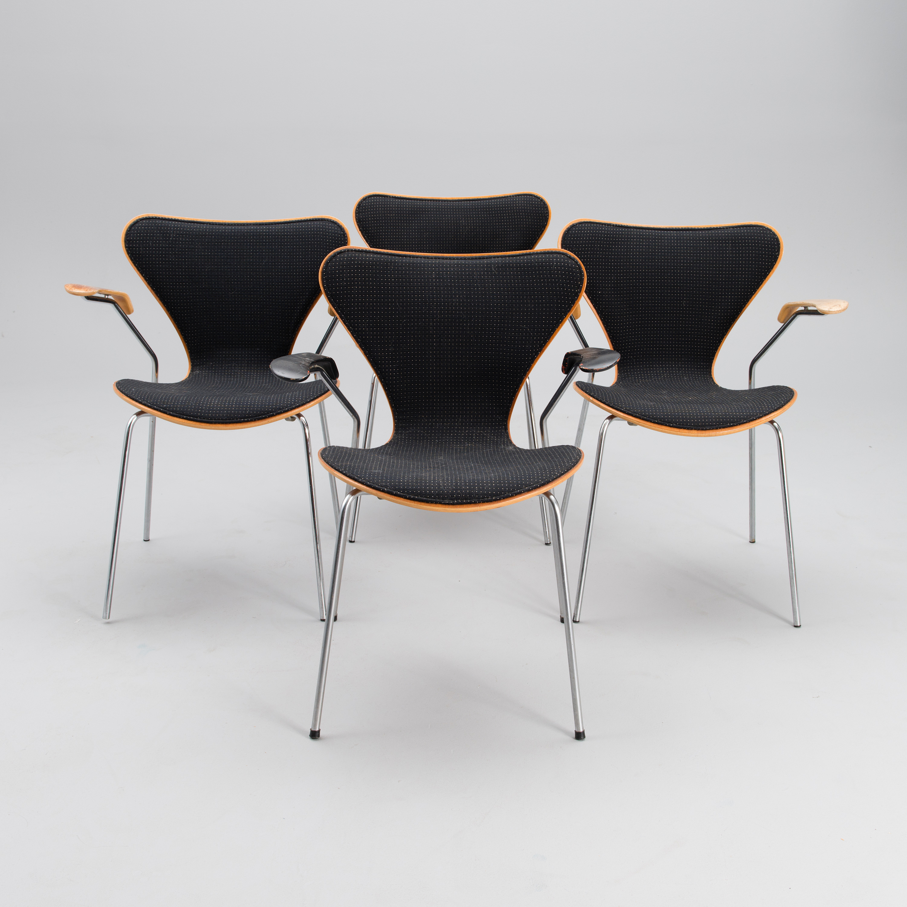 ARNE JACOBSEN A set of four 1990 1991 Series 7 chairs for Fritz