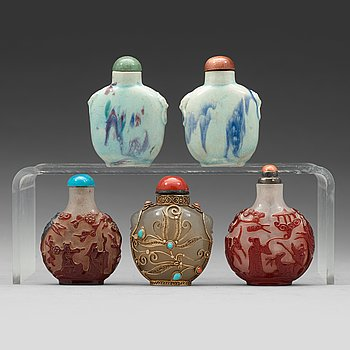 598. A group of five Chinese snuff bottles, late Qing dynasty and 20th Century.